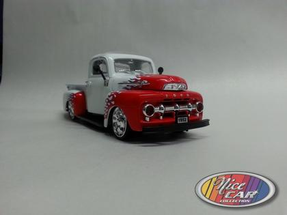 Ford Pickup 1952 with light and wheel spinner